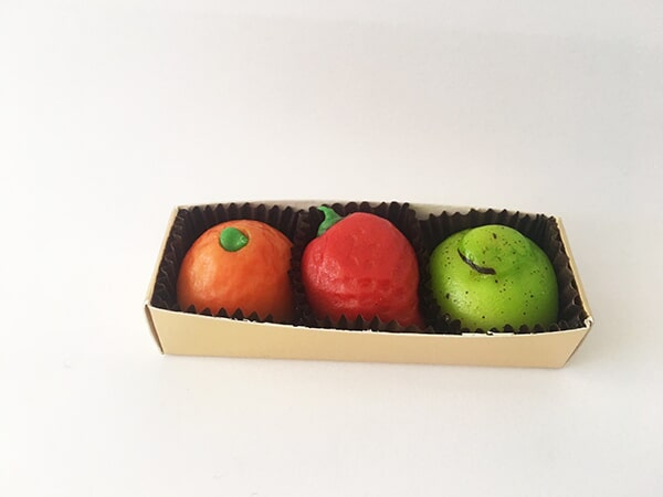 ASTUCCIO FRUTTA MARTORANA Ingredienti: Zucchero, mandorle pelate, miele e aromi naturali Peso: 60g