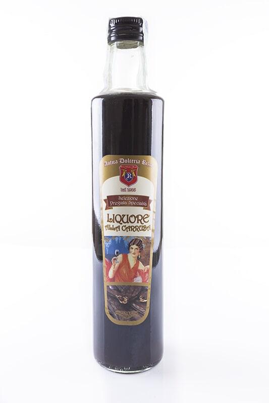 LIQUORE ALLA CARRUBA Ingredienti: Soluzione idroalcolica, sciroppo di carrube (20%), aromi naturali. Vol. 24 % Formato: 500 ml