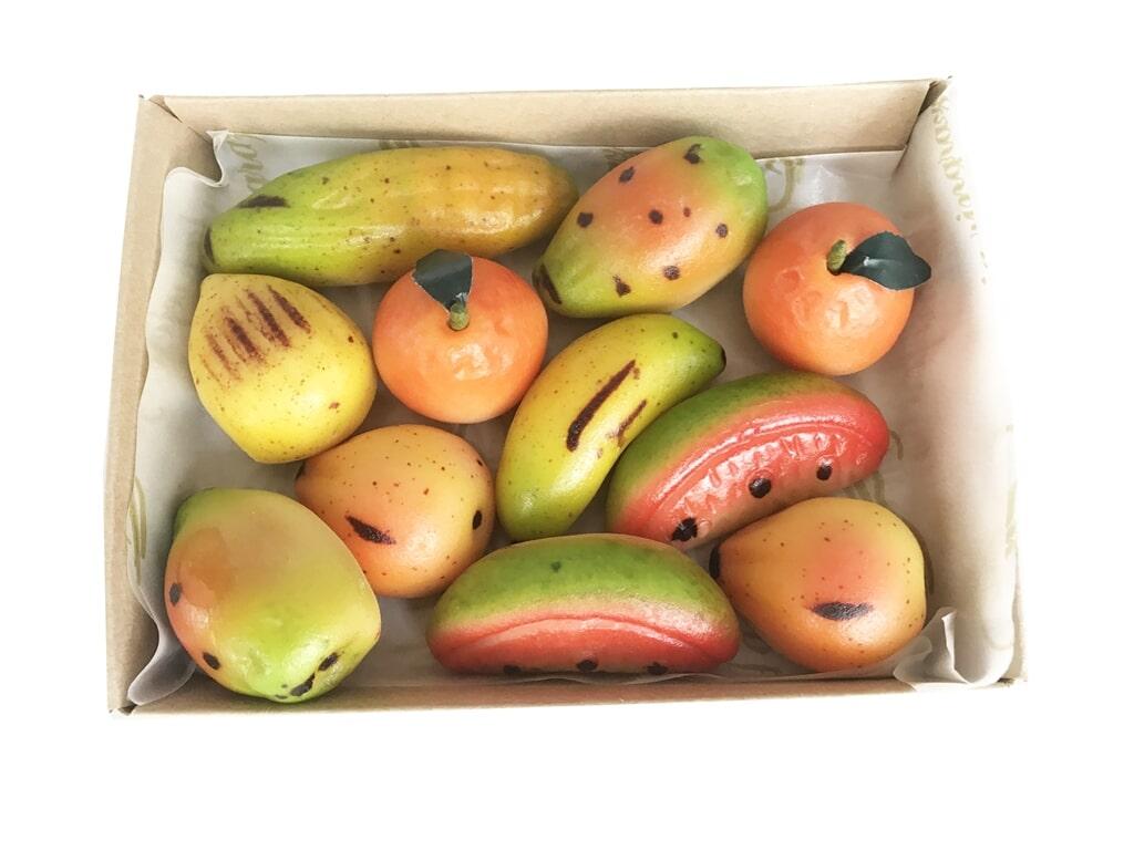 CONFEZIONE FRUTTA MARTORANA Ingredienti: Zucchero, mandorle pelate, miele e aromi naturali Peso: 300G.