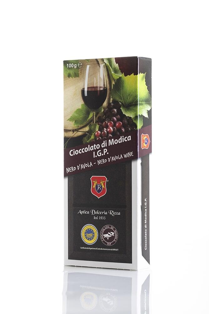CIOCCOLATO AL NERO D'AVOLA Cacao minimo 50% Ingredienti: Pasta di cacao, Zucchero, Nero d'Avola 0,02%, aromi naturali Peso: 100g