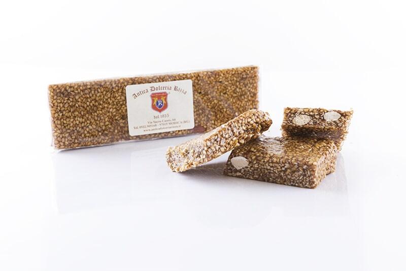 COBAITA DI SESAMO E MANDORLE Ingredienti: Sesamo, (50%) miele, zucchero, mandorle, nocciole, pistacchi, buccia di arance, aromi naturali Peso: 80 g