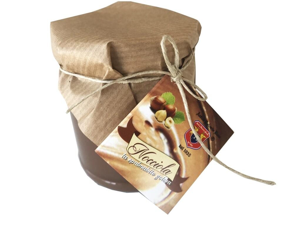SPALMABILE NOCCIOLA Ingredienti: Zucchero, cacao 20%, nocciole piemonte (20%), grassi vegetali, lattosio, proteine del latte emulsionante: lecitina di soia, aromi Formato: Vasetto 200 g
